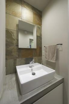 アートで機能的な洗面スペース